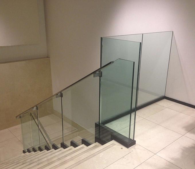 Trapleuningen en balustrades in glas uw interieur for Binnenhuis trappen