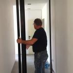 pivoterende glazen deur met kader