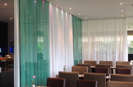 scheidingswand in restaurant van een hotel