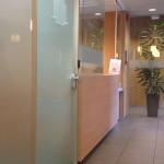 scheidingswand met glazen deur naast onthaal