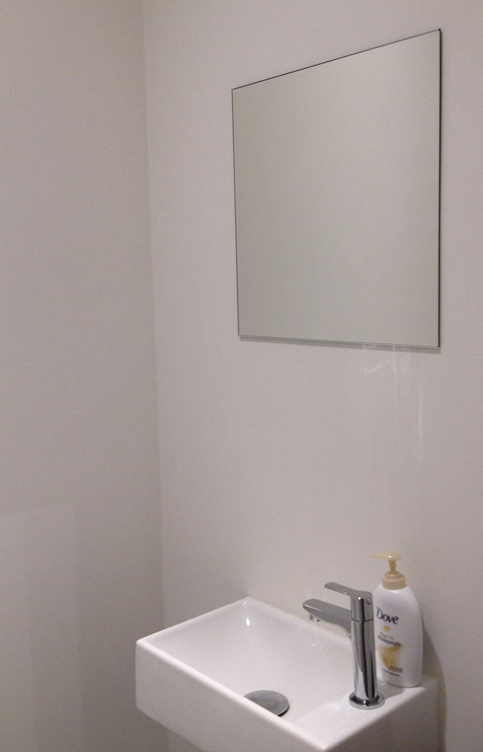 Spiegels maatwerk slijpen en plaatsen van spiegels - Wandbekleding voor wc ...
